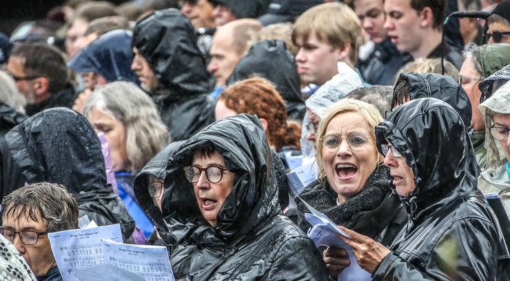 Mennesker som synger i regnvejr ved Himmelske Dage