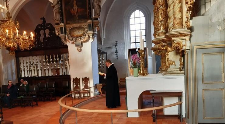 Præst læser op af Bibelen ved alteret i Helsingør Domkirke
