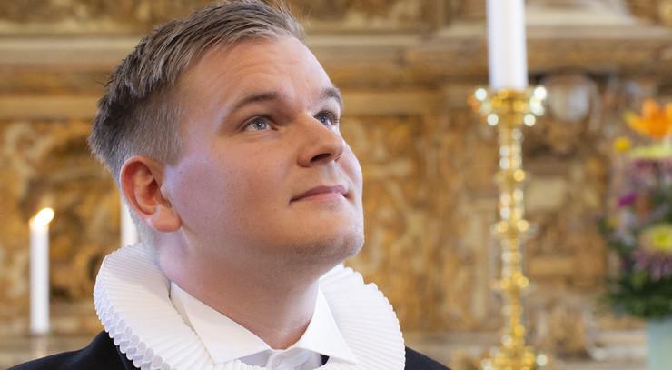 Kristoffer Hjort Kruse  foran altertavlen i Helsingør Domkirke