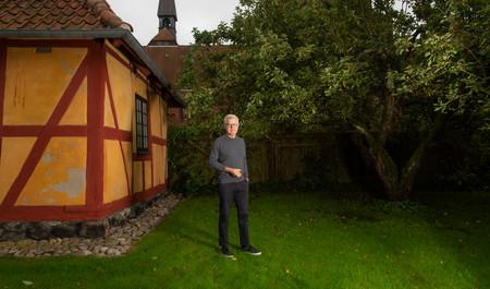 Peter Birch står i bispegårdens have med et æble i hånden