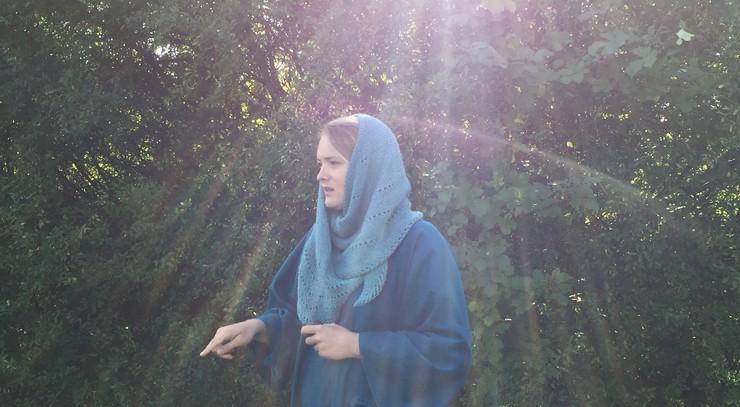 Kvinde i blåt tøj og med blåt tørklæde