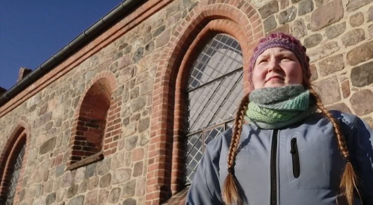 Rikke Bendix Pedersen udenfor Ballerup Kirke