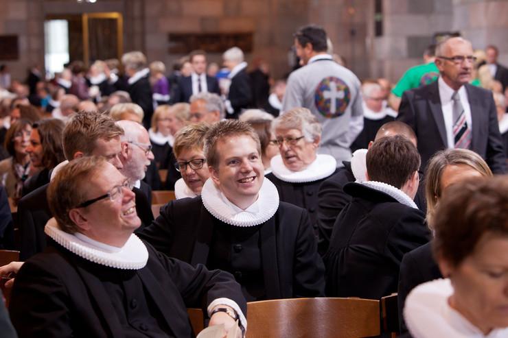 2 præster som taler sammen til et præstemøde