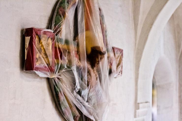 Jesus på korset, viklet ind i plastik