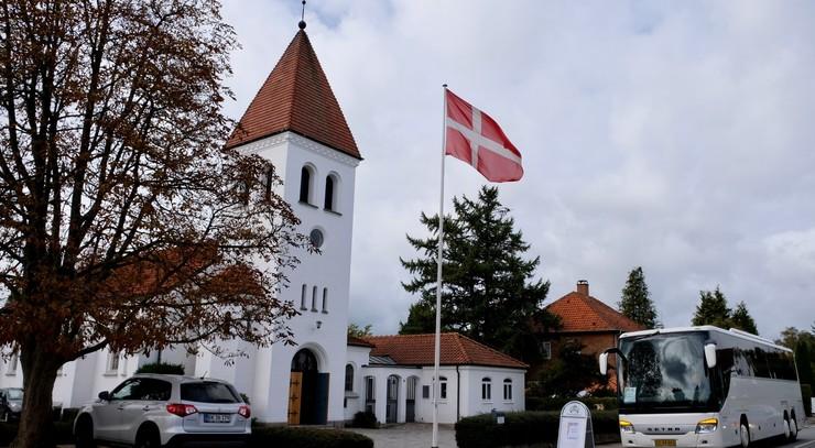 Rungsted Kirke med flaget hejst