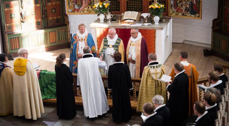 Henrik Wigh-Poulsen under sin bispevielse, omringet af de øvrige biskopper