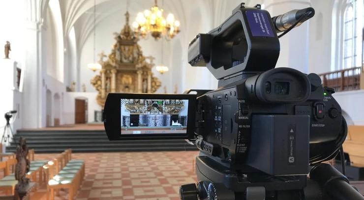 Videokamera rettet mod alteret